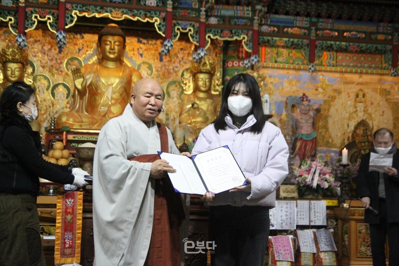 백양산 선광사가 20일 부산 불교계 언론 종사자 자녀 9명에게 총 350만원의 장학금을 전달했다.