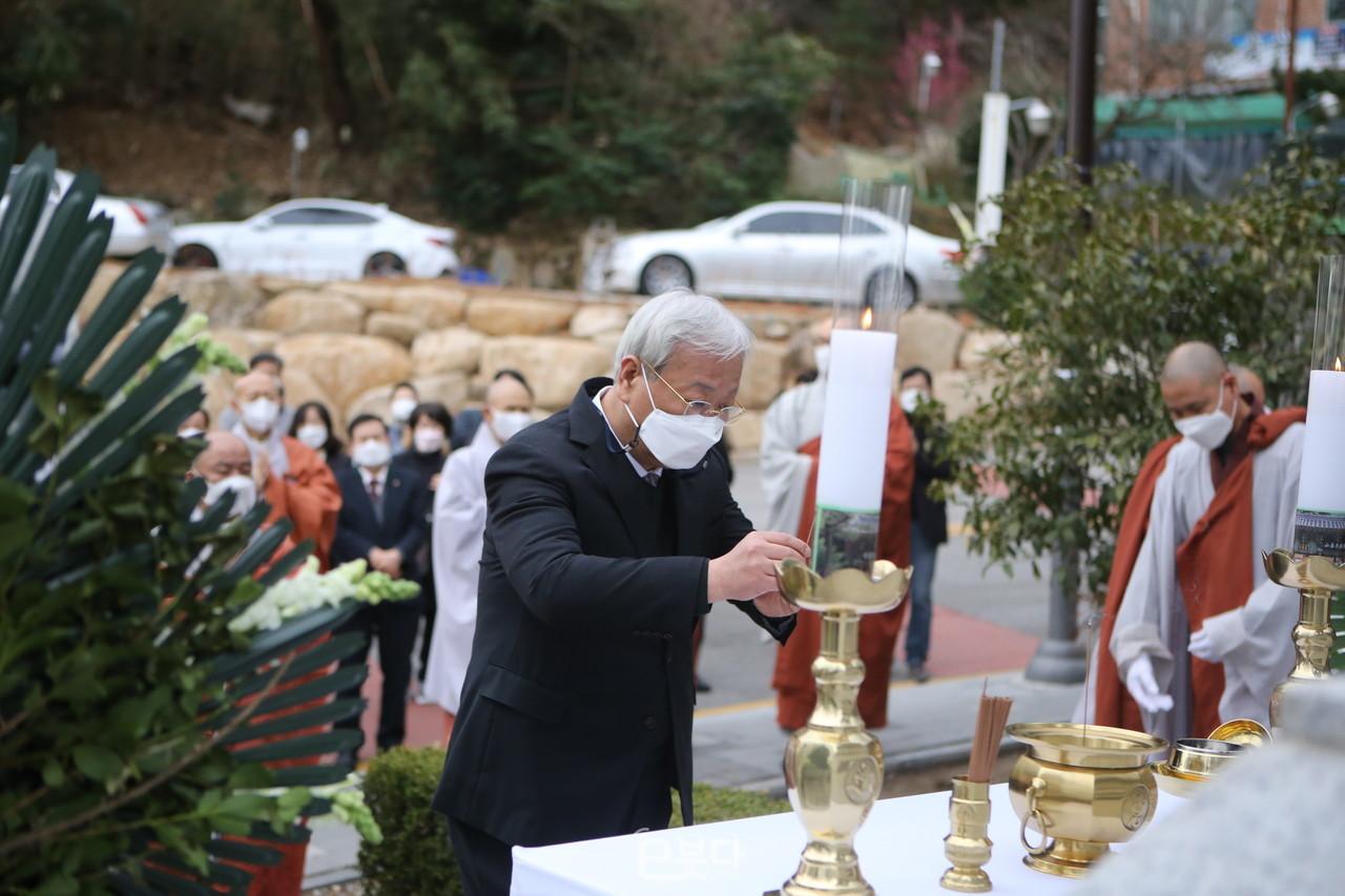 헌향하는 신기열 부산불교총연합신도회 경조부회장